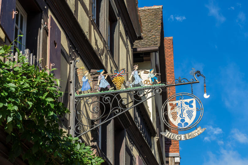 RIQUEWIHR, FRANCE/EUROPA - 24 DE SETEMBRO: Pendurar assina dentro Riquew imagens de stock royalty free