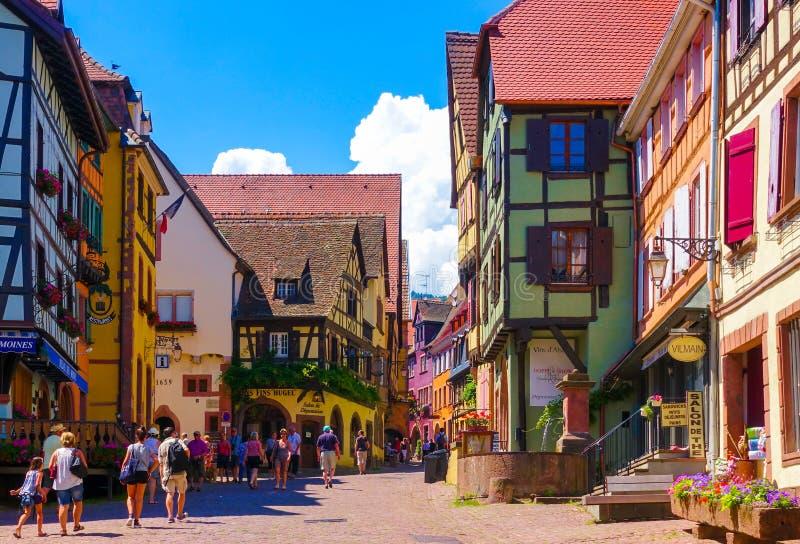 Riquewihr, France 23 juin 2016 : Les touristes marchent sur la rue principale d'achats dans Riquewihr photographie stock libre de droits