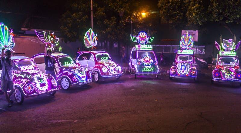 Riquexós coloridos em Yogykarta na noite fotos de stock