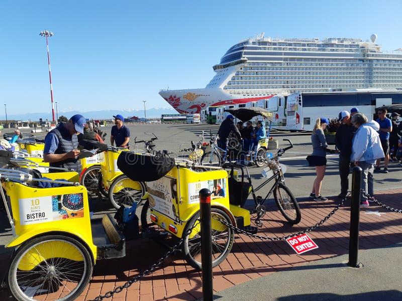 Riquexós de ciclo no terminal do navio de cruzeiros fotos de stock