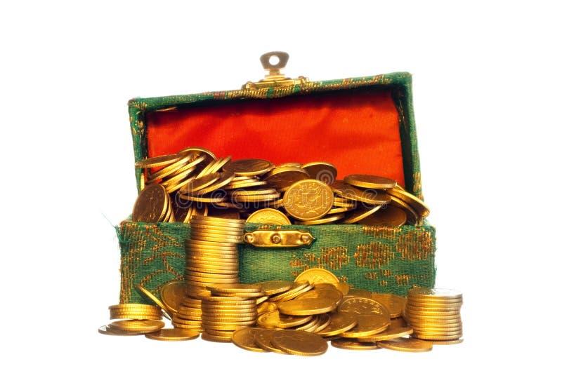 Riquezas, moedas de ouro em uma caixa foto de stock