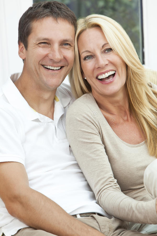 Rire âgé moyen heureux de couples d'homme et de femme photos stock
