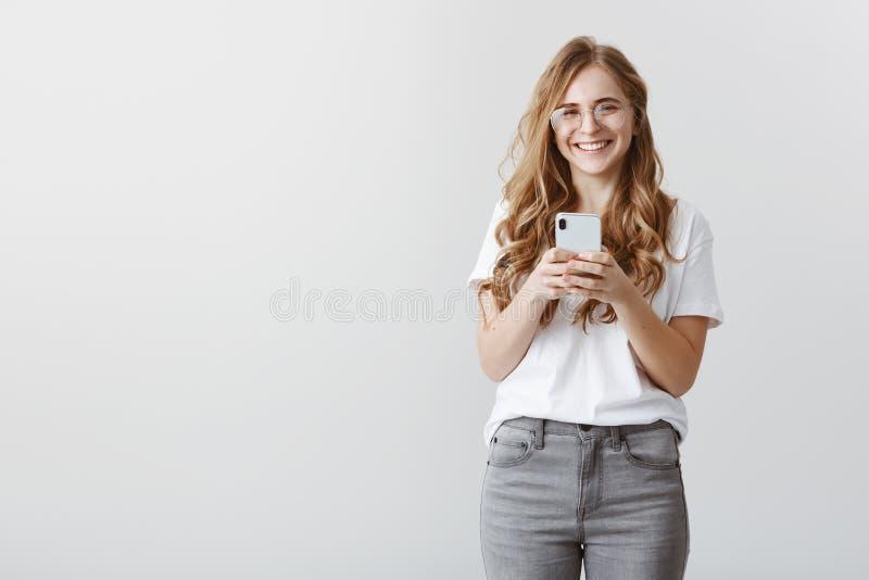 Rire au-dessus de la fille de photo a pris Portrait de blogger féminin caucasien attirant heureux dans les verres et l'équipement photographie stock libre de droits