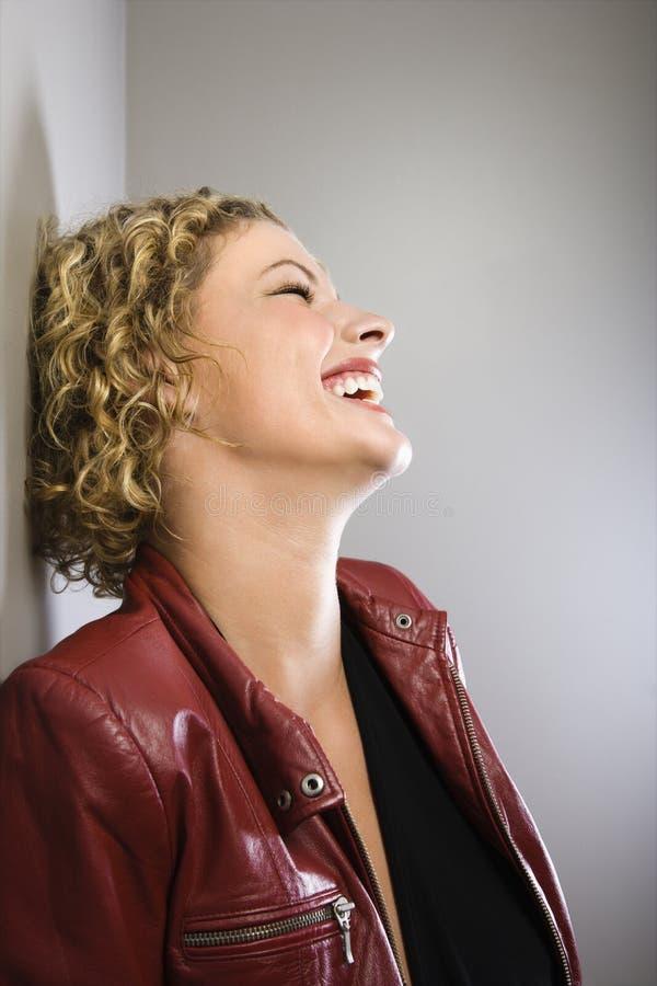 Rire blond de femme. images stock