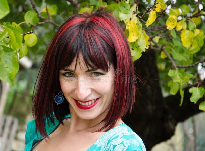 Download Rire de femme heureuse photo stock. Image du seulement - 45368756