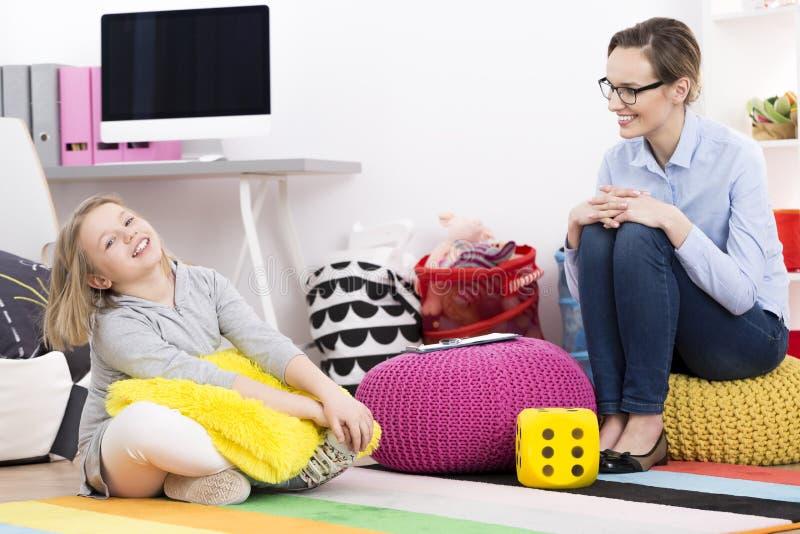 Rire de petite fille et de psychologue image libre de droits