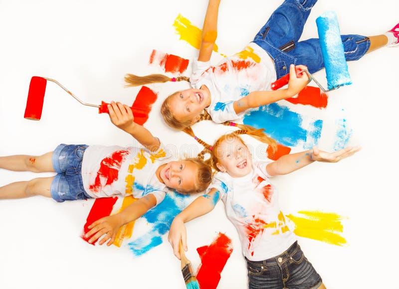 Rire de trois petites filles sur le plancher images libres de droits