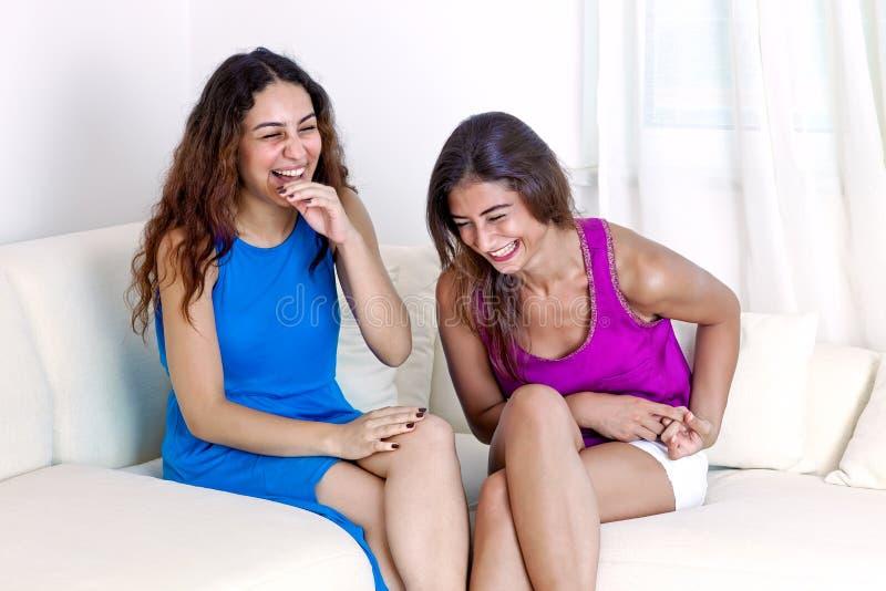 Rire femelle gai de deux jeune amis. image libre de droits