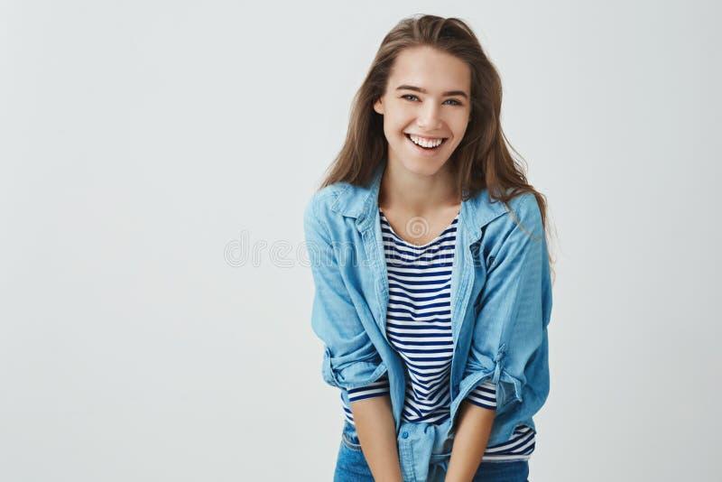 Rire heureux attrayant de sourire de jeune fille insouciant ayant l'amusement grimaçant joyeux pliant en avant idiot mignon, posa photos libres de droits