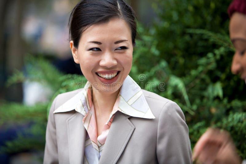 Rire heureux de femme d'affaires image stock