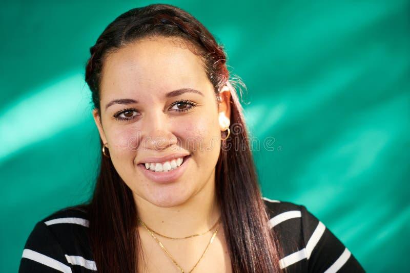 Rire heureux de fille de Latina de beau portrait de personnes joli photos libres de droits