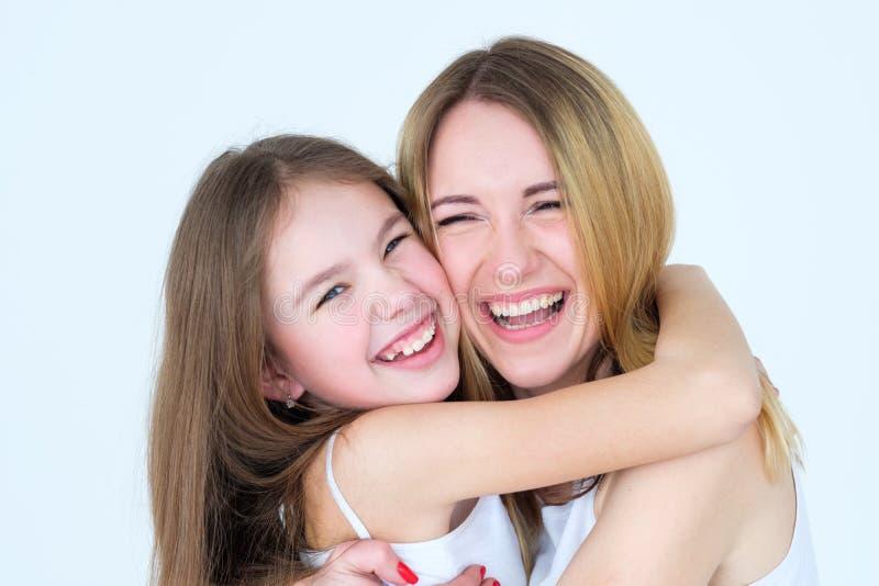 Rire heureux de fille de mère de moments de famille photo libre de droits