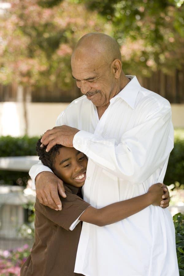 Rire heureux de grand-père et de petit-fils d'Afro-américain photos stock