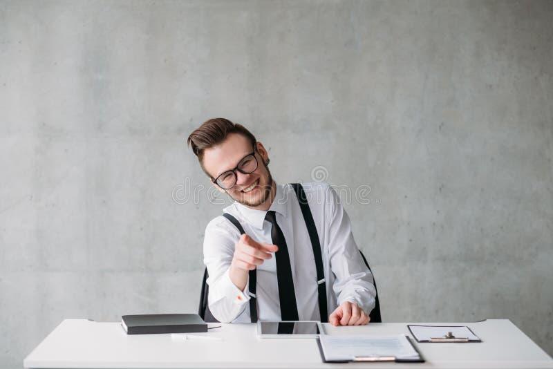Rire moqueur de collègue de culture d'entreprise photos stock