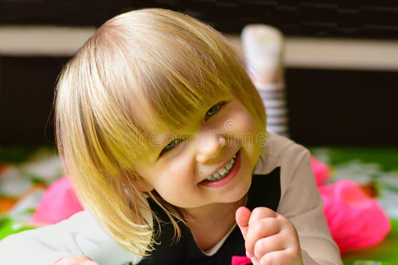 Rires de petite fille se trouvant sur le lit photo stock