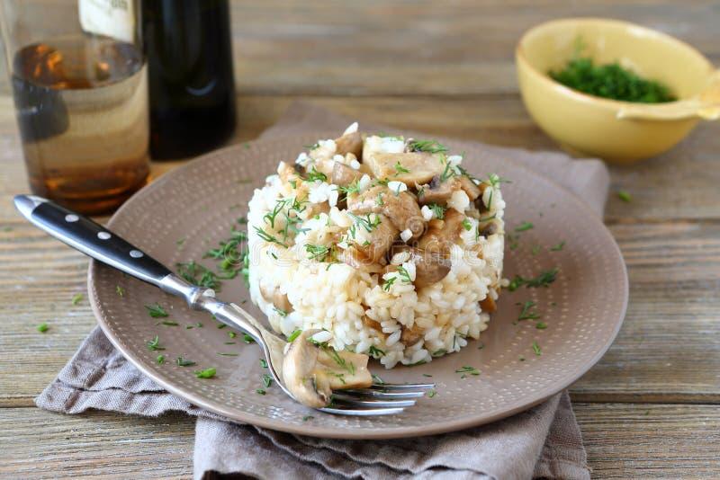 Ris med champinjoner på en platta arkivbild