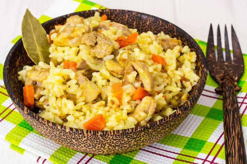 Ris med morötter, höna och kryddor arkivfoto