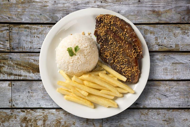 Ris med potatisar och kött arkivbilder