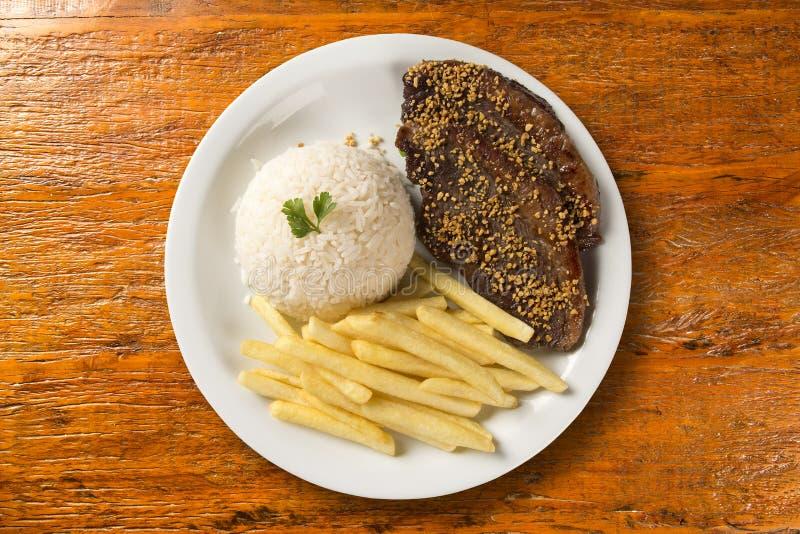 Ris med potatisar och kött arkivbild