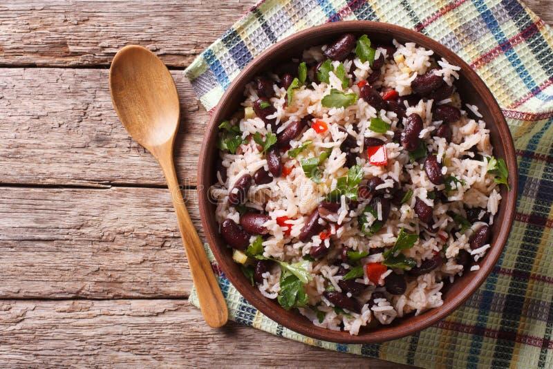 Ris med röda bönor och grönsaker i en bunke Horisontalöverkanten tävlar royaltyfria bilder