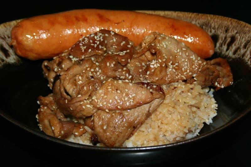 Ris med terriyakigriskött och grisköttkorven royaltyfri foto