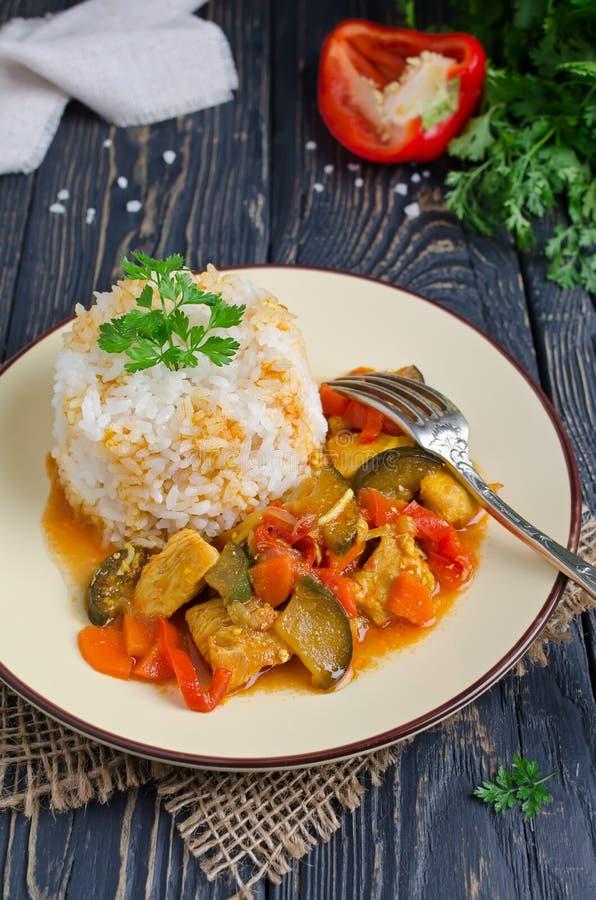 Ris och ragu med höna och grönsaker arkivfoton