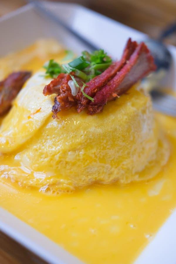 Ris som slås in inom omelettet med grillat griskött royaltyfri fotografi