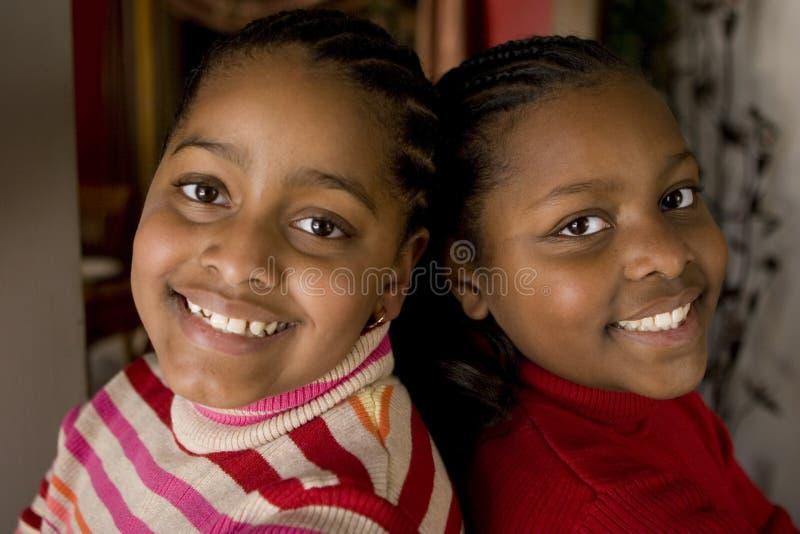 Risa afroamericana de las hermanas y de los mejores amigos imagenes de archivo