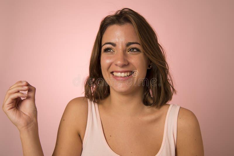 Risa atractiva y hermosa joven de la mujer feliz en choque agradable y sorpresa que muestra la cara positiva y amistosa fotografía de archivo libre de regalías