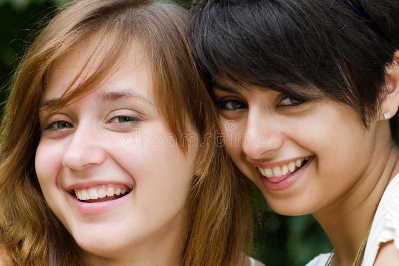 Risa bonita de dos muchachas imagen de archivo libre de regalías