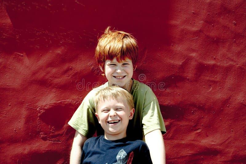 Download Risa de dos hermanos foto de archivo. Imagen de older - 64205606