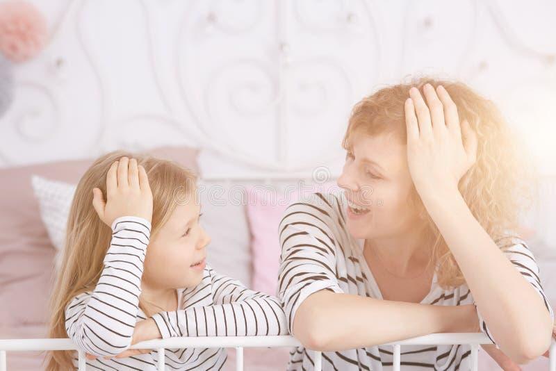 Risa de la mama y de la hija foto de archivo