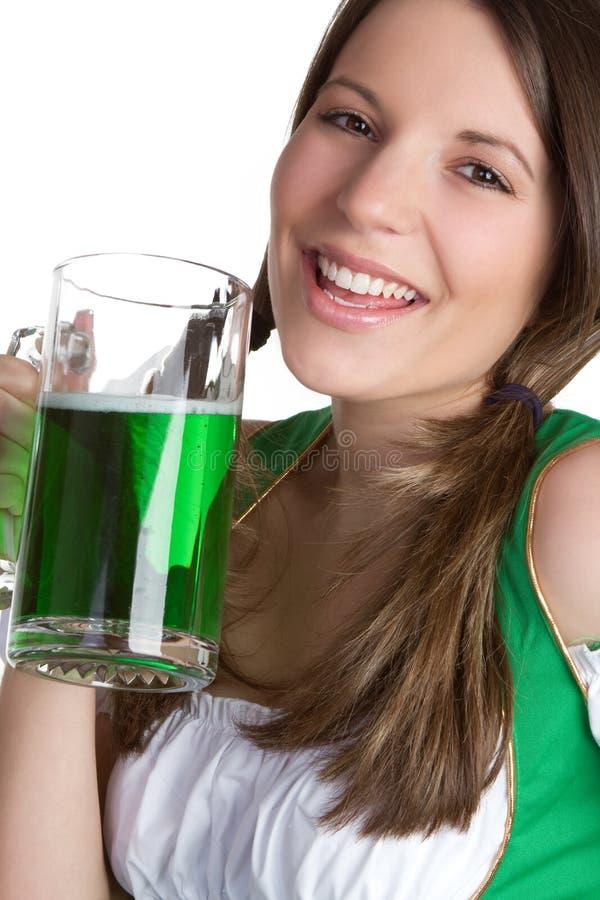 Risa de la muchacha de la cerveza imágenes de archivo libres de regalías