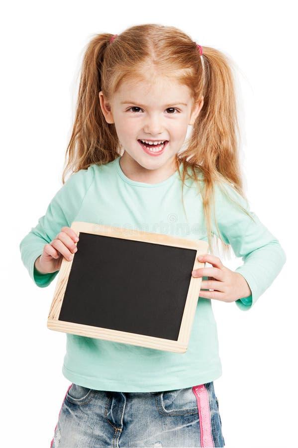 Risa de tres años con la pizarra. fotografía de archivo