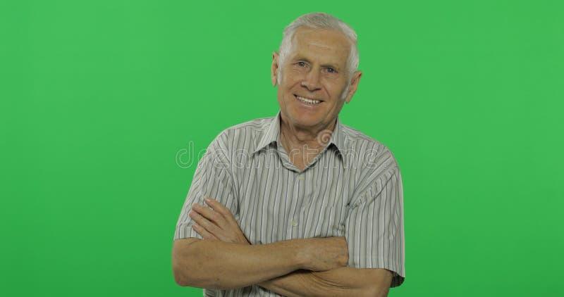 Risa del hombre mayor Viejo hombre hermoso en el fondo dominante de la croma fotografía de archivo libre de regalías