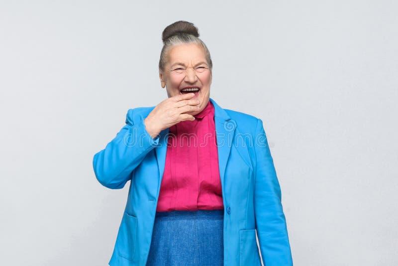 Risa envejecida divertida de la mujer fotografía de archivo libre de regalías