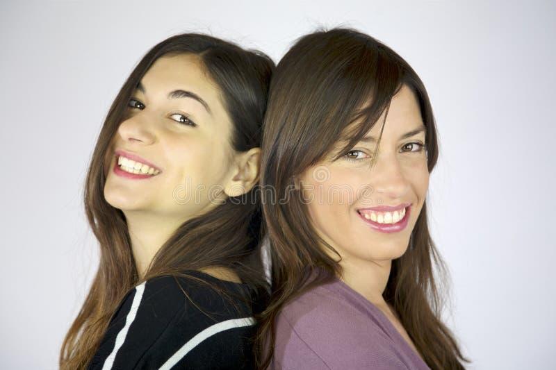 Risa feliz de dos novias imagen de archivo libre de regalías