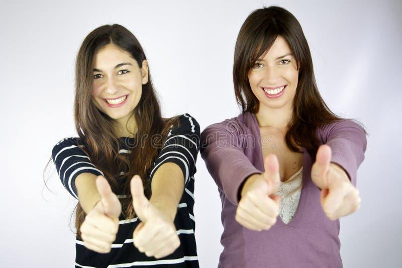 Risa feliz de dos novias imagenes de archivo