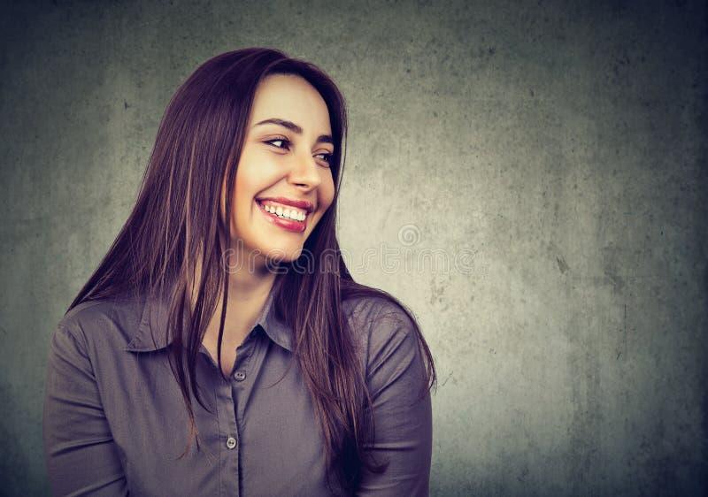 Risa feliz de la mujer joven imagenes de archivo