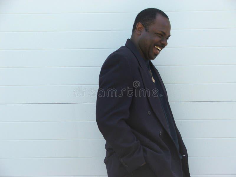 Risa feliz del hombre de negocios del afroamericano imagen de archivo