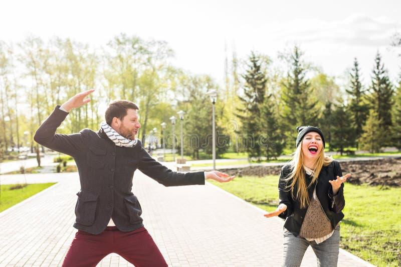 Risa feliz joven de los pares Hombre y mujer que engañan alrededor en el parque fotografía de archivo libre de regalías