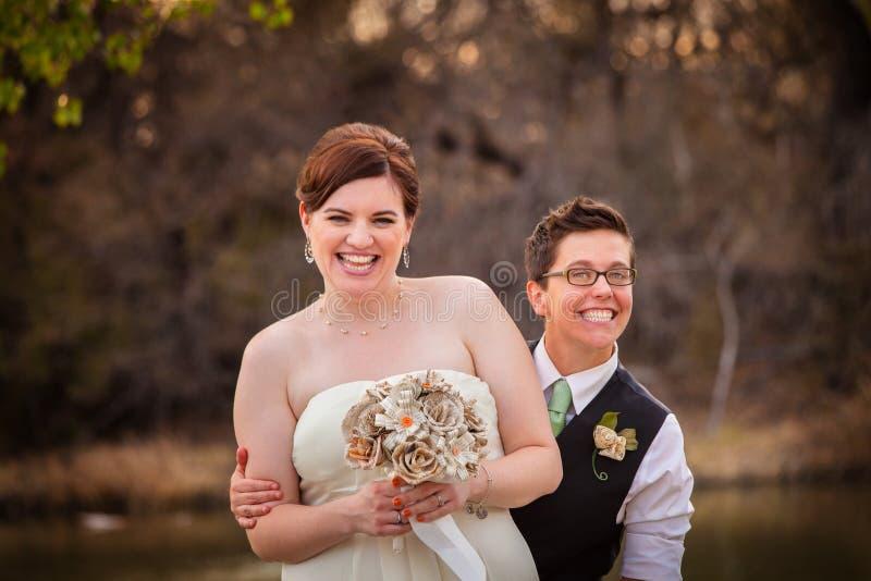 Risa gay de los recienes casados fotos de archivo
