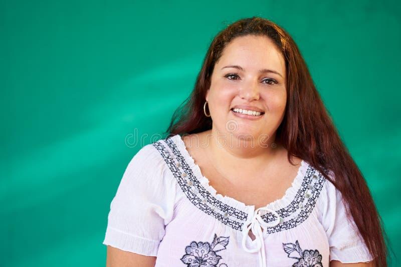 Risa hispánica gorda feliz de la mujer del retrato real de la gente imagen de archivo libre de regalías
