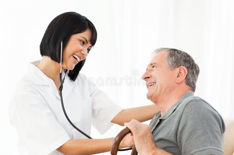 Risa mayor con su enfermera fotos de archivo