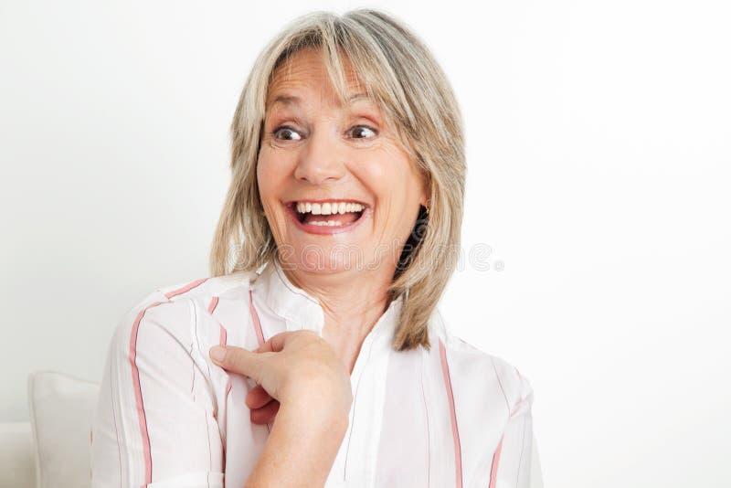 Risa mayor sorprendida de la mujer foto de archivo libre de regalías