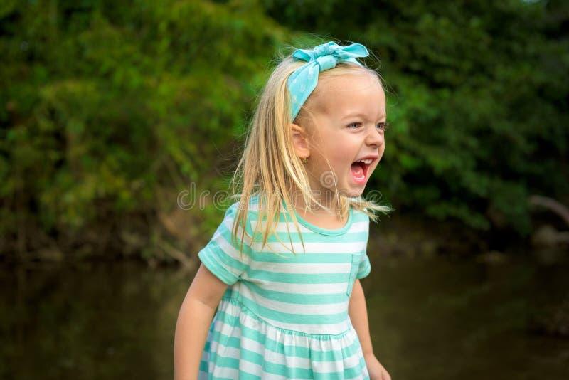 Risa rubia adorable de la muchacha imagenes de archivo
