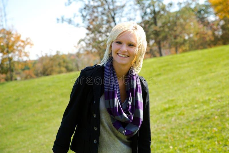 Risa rubia hermosa de la muchacha del país fotografía de archivo libre de regalías
