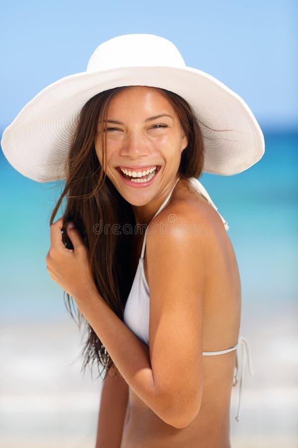 Risa sonriente de la mujer de la playa foto de archivo libre de regalías