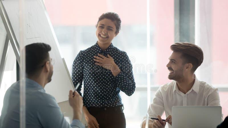 Risa sonriente del locutor de la mujer que habla con los colegas en el informe fotos de archivo