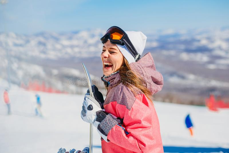 Risas alegres del snowboarder de la mujer imágenes de archivo libres de regalías